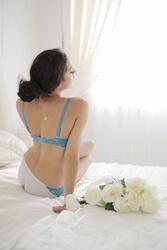 ベッドの上の女性の背中